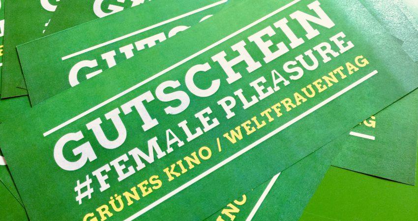 Mehrere Karten für Kinogutscheine liegen auf einem grünen Tisch. Die Karten werden für eine Vorstellung von #femalePleasure im Moviac-Kino verlost